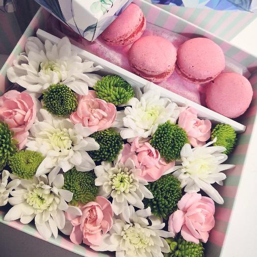 Коробочка нежный цветов иимакаронсов