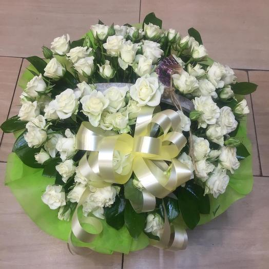 Корзина из белых кустовых роз