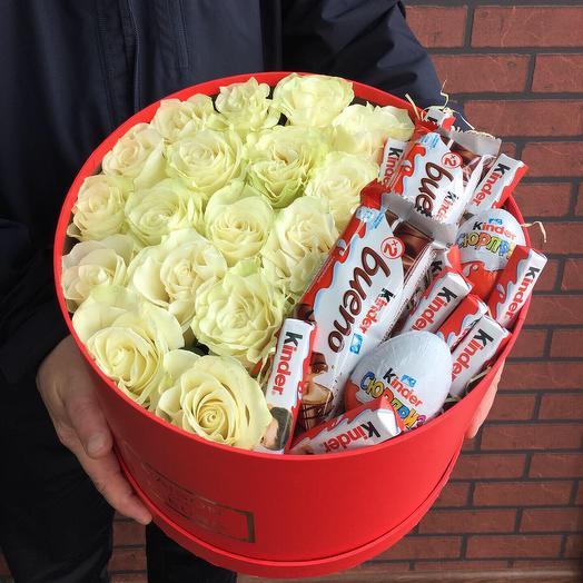 Коробка с белыми эквадорскими розами и киндерами