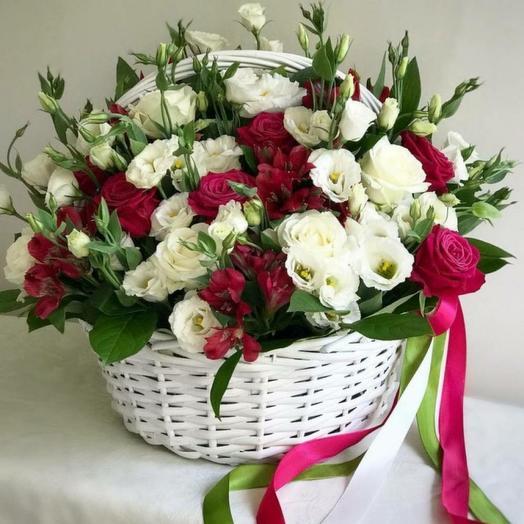 Корзина с цветами из лизиантуса