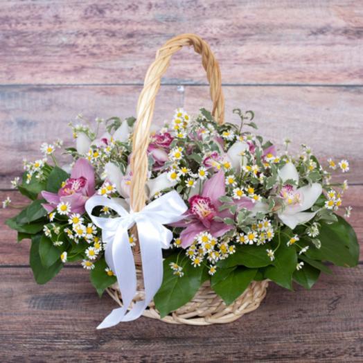 Корзина с орхидеей и ромашками