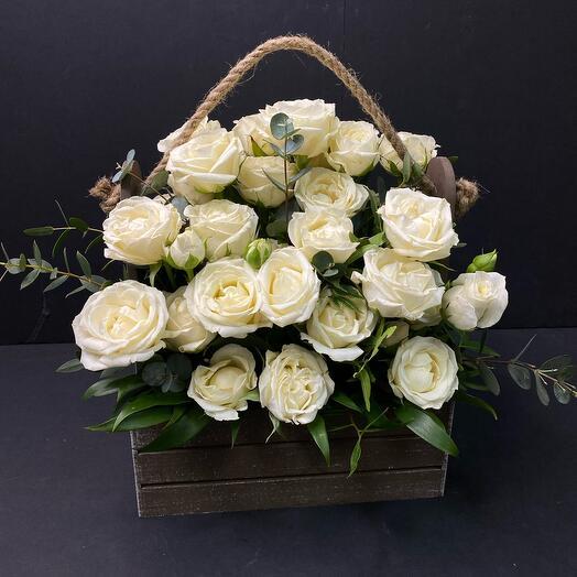 Ящик с белыми розами