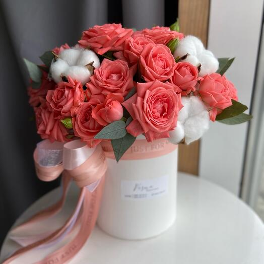 Коробочка с кустовыми розами, натуральным хлопком и веточками эвкалипта