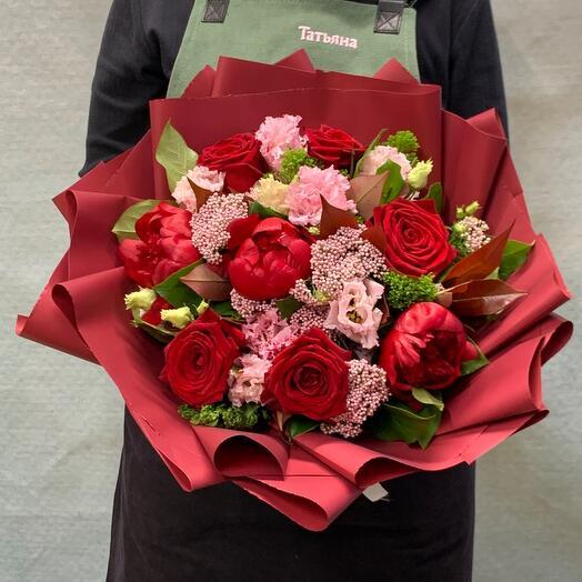 Букет с алыми бордовыми пионами и алыми розами