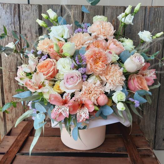 """Цветы в коробке """"Персиковый фреш"""""""