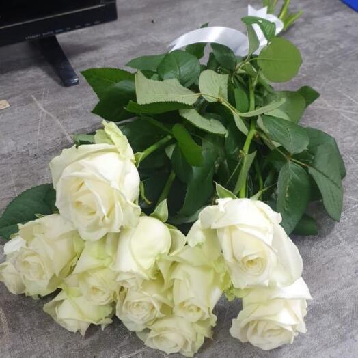 11 белых роз 60см