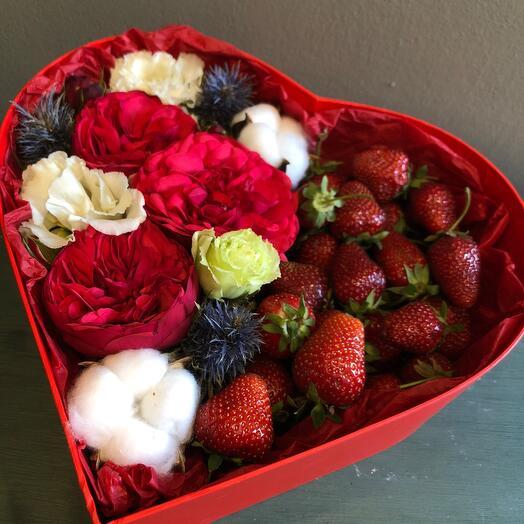 Цветы в коробке с клубникой