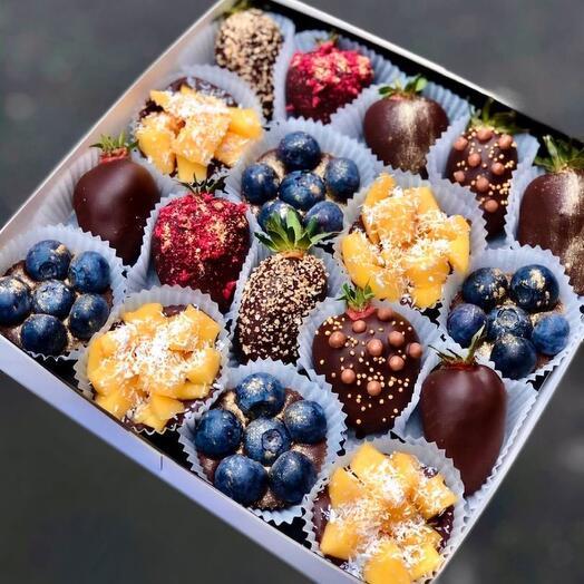 Фрукты и ягоды в тёмном шоколаде Berry Kingdom with mango