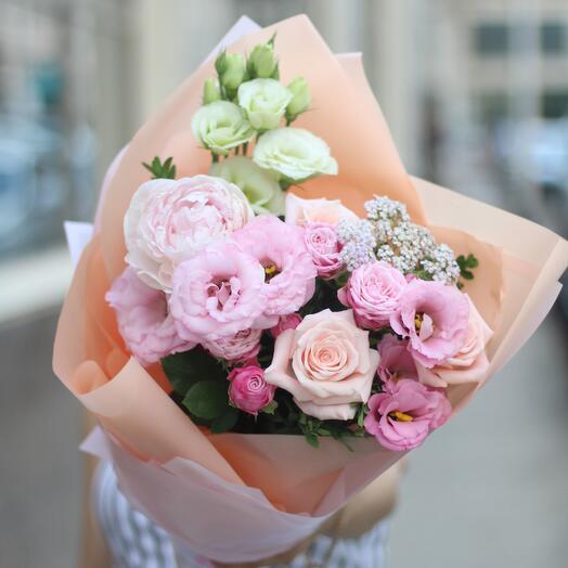 Букет из эустомы,пионовидных роз и пионов