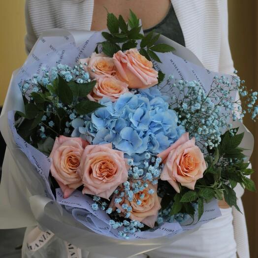Букет из голубой гортензии, розы и гипсофиллы