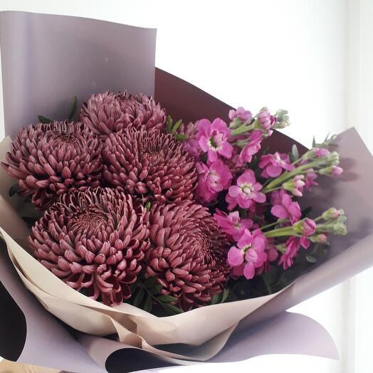 Букет из хризантем и маттиолы Осенний шик