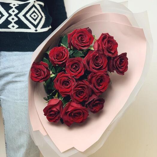 13 красных роз в оформлении «Zilart»