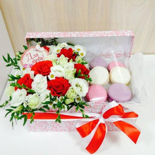 Коробка с цветами и пирожными macarons 3: букеты цветов на заказ Flowwow