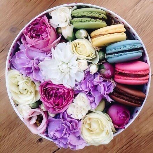 Шляпная коробка с цветами и макарони «Сластена»: букеты цветов на заказ Flowwow