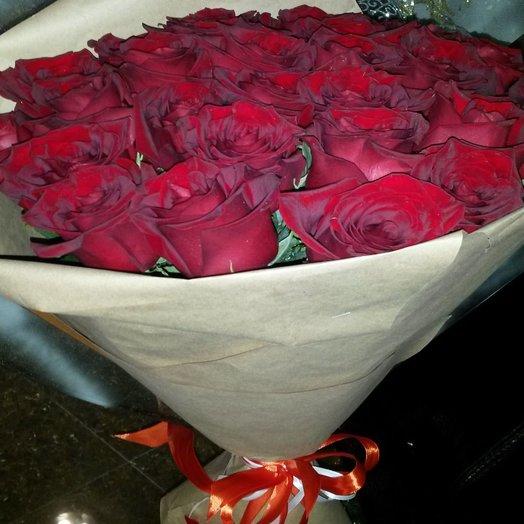 Букет красных роз в бумаге крафт: букеты цветов на заказ Flowwow