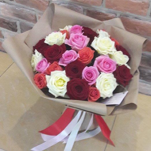 Разноцветные розы в крафте: букеты цветов на заказ Flowwow