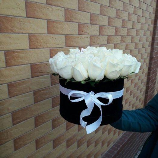 Белоснежные розы в круглой шляпной черной коробке: букеты цветов на заказ Flowwow