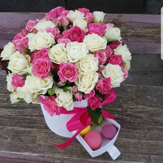 Коробочка из кустоыых роз и макарун: букеты цветов на заказ Flowwow