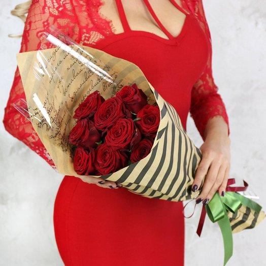 Букет из 9 красных роз в подарочной упаковке: букеты цветов на заказ Flowwow