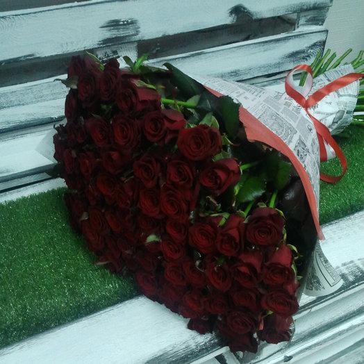 51 красная роза в крафт