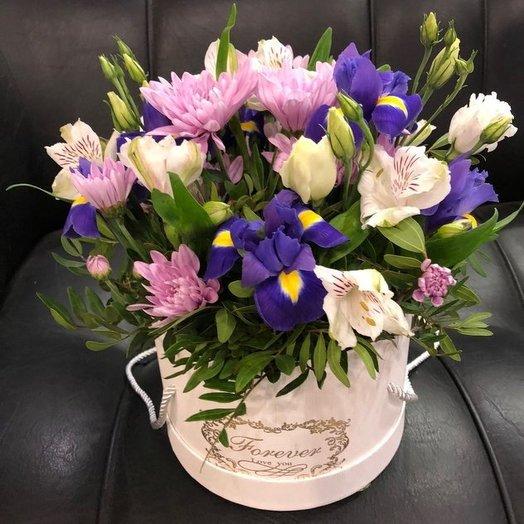 Шляпная коробка с ирисами: букеты цветов на заказ Flowwow