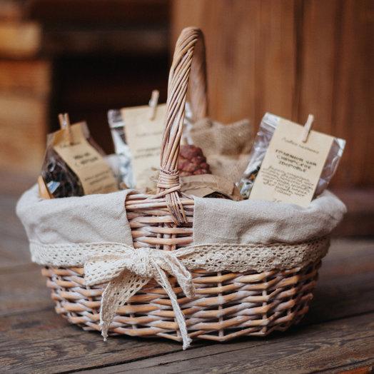 Подарочный набор в плетёной корзине: букеты цветов на заказ Flowwow