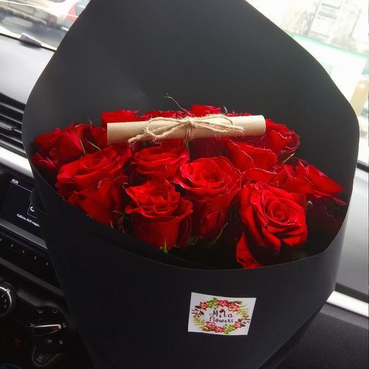 Розы в черном крафте: букеты цветов на заказ Flowwow