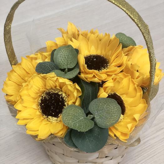 Корзина с подсолнухами на мыльной основе: букеты цветов на заказ Flowwow