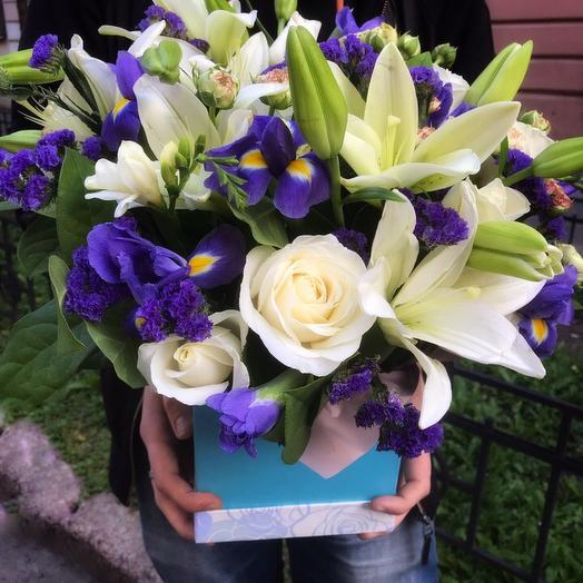 Коробка с цветами в бело-синих оттенках: букеты цветов на заказ Flowwow