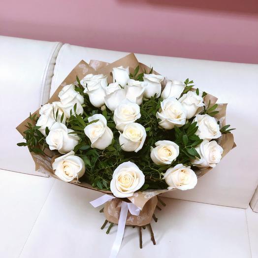 Белые розы в крафт бумаге