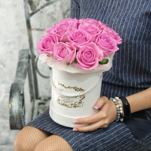 Delicate roses in a hat box