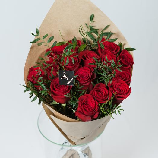 15 роз премиум 60 см в крафте с зеленью