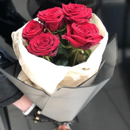 5 роз в стильной упаковке