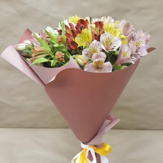 Букет разноцветных альстромерий в крафте: букеты цветов на заказ Flowwow