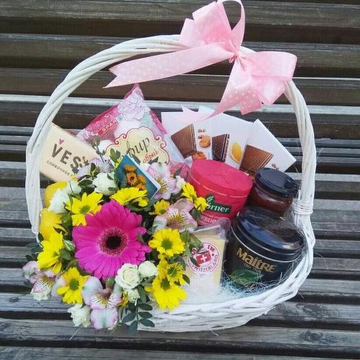 Подарочная корзинкас цветами и сладостями