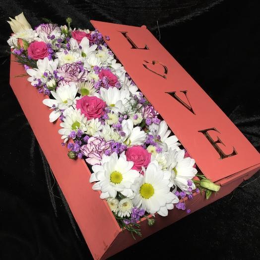 Композиция в деревянном ящике из цветов и браслет реплика пандора
