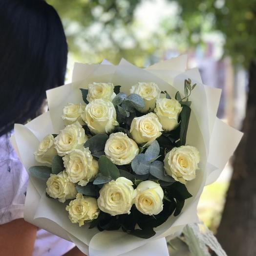 Монобукет из белой розы с эвкалиптом