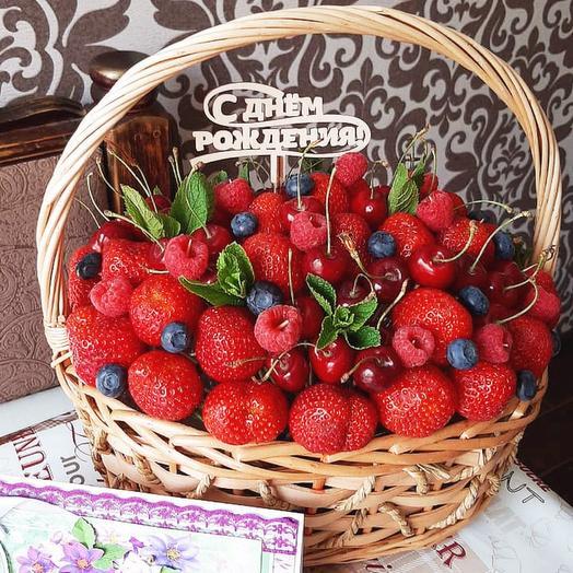 Корзина с ягодами «Красная шапочка»