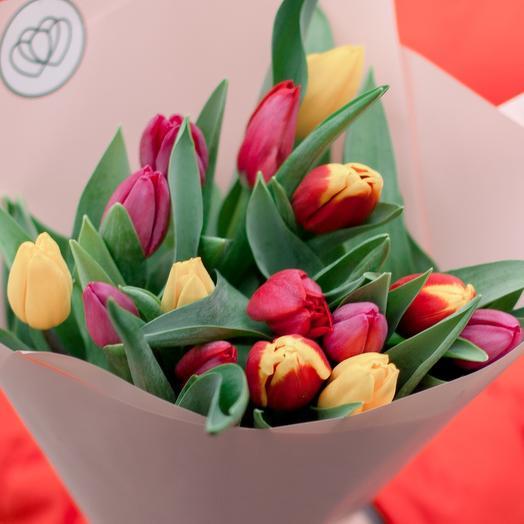 Букет из 15 тюльпанов микс в кремовой пленке