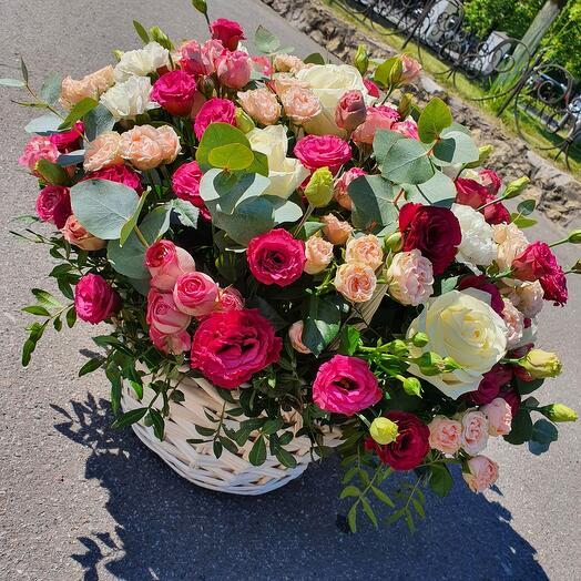 Корзина с лизиантусом и ароматной розой