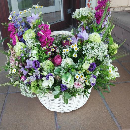 Большая корзина летних цветов