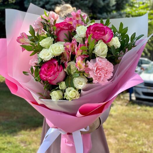 Букет из кустовых роз и диантусов
