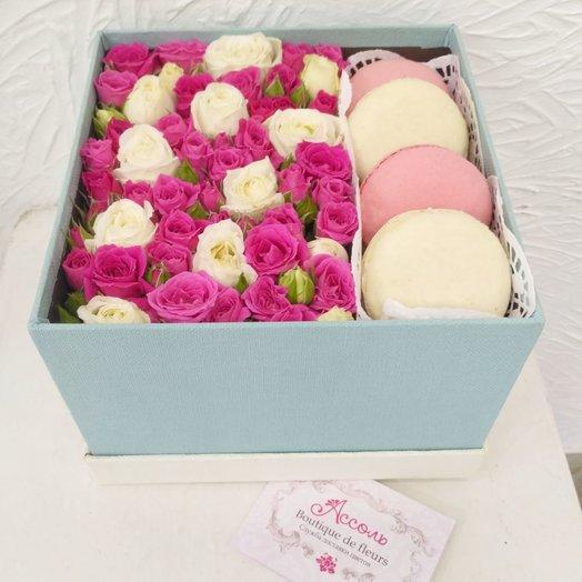 Квадратная коробка с розами и макаронс