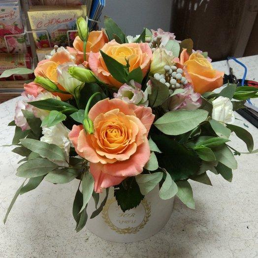 розы и эустома в шляпной коробке