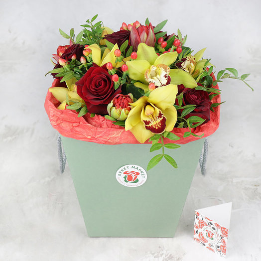 Композиция из орхидеи и роз в коробке: букеты цветов на заказ Flowwow