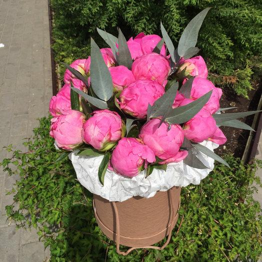 Пионы в шляпной коробке: букеты цветов на заказ Flowwow