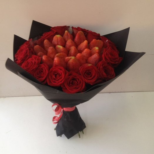 Розы с клубникой : букеты цветов на заказ Flowwow