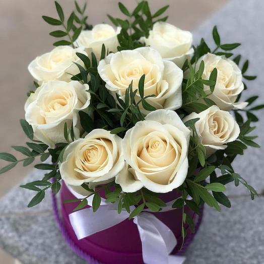 Белые розы в коробочке: букеты цветов на заказ Flowwow