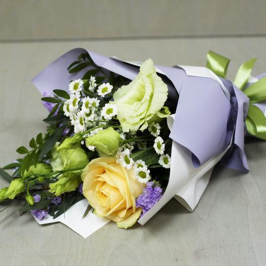 Комплимент с розой и эустомой: букеты цветов на заказ Flowwow