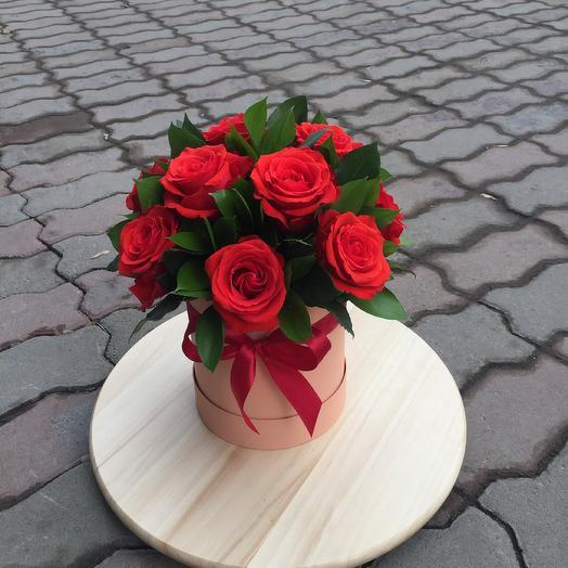 Шляпная коробка из алых роз: букеты цветов на заказ Flowwow